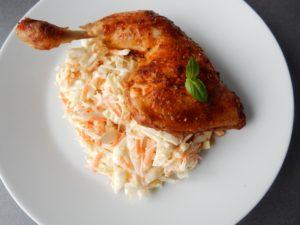 Salát Coleslaw a kuřecí stehýnko